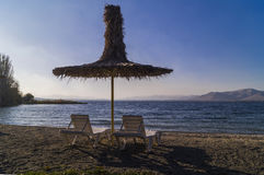 Coucher du soleil de rose de plage de parapluie de jour d'été Images libres de droits