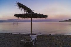 Coucher du soleil de rose de plage de parapluie de jour d'été Photographie stock libre de droits