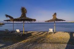 Coucher du soleil de rose de plage de parapluie de jour d'été Image stock