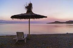 Coucher du soleil de rose de plage de parapluie de jour d'été Photos libres de droits
