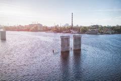 Coucher du soleil de rue avec la rivière dans la ville de Kiev photographie stock