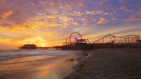 Coucher du soleil de Santa Monica California sur la roue de Pier Ferris et réflexion sur la plage banque de vidéos