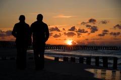 coucher du soleil de silhouette de couples Photo libre de droits