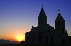 coucher du soleil de siluette d'église Image stock