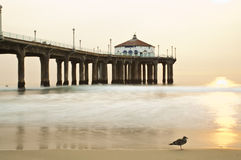 Coucher du soleil de Smokey de pilier de Manhattan Beach Photographie stock