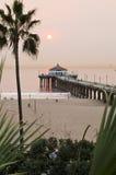 Coucher du soleil de Smokey de pilier de Manhattan Beach Photographie stock libre de droits