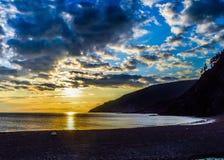 Coucher du soleil de soirée à la plage photo libre de droits
