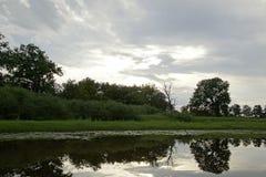 Coucher du soleil de soirée au-dessus de la rivière Pripyat Nuages juillet Été Horizontal biélorusse Photo libre de droits