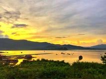 Coucher du soleil de soirée au lac image libre de droits