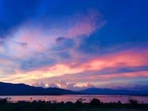 Coucher du soleil de soirée au lac photographie stock