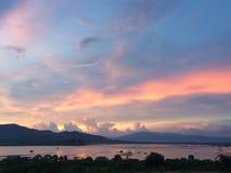 Coucher du soleil de soirée au lac images libres de droits