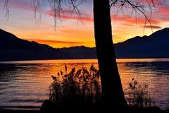 Coucher du soleil de soirée au lac Photographie stock libre de droits