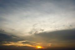 Coucher du soleil de soirée avec les cieux nuageux Photos stock