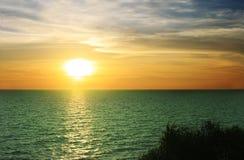 Coucher du soleil de soirée en mer Photo stock
