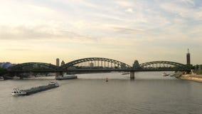 Coucher du soleil de soirée et pont de Hohenzollern avec des pétroliers naviguant sur la rivière le Rhin, Allemagne banque de vidéos