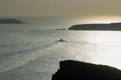 Coucher du soleil de Sounio avec un bateau et le bel horizon Photographie stock libre de droits
