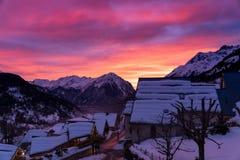 Coucher du soleil de stupéfaction dans le village de montagne français photographie stock libre de droits