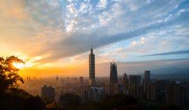 Coucher du soleil de Taïpeh 101 après l'ouragan MALAKAS image libre de droits
