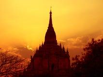 Coucher du soleil de temple de Gawdawpalin. Image libre de droits