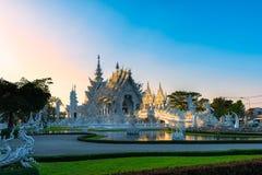 Coucher du soleil de templeat de Wat Rong KhunWhite en Chiang Rai, Thaïlande Photo libre de droits