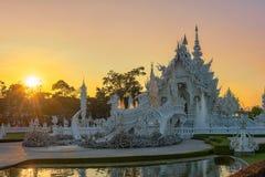 Coucher du soleil de templeat de Wat Rong KhunWhite en Chiang Rai, Thaïlande Image stock
