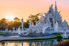 Coucher du soleil de templeat de Wat Rong KhunWhite en Chiang Rai, Thaïlande Images stock