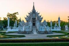 Coucher du soleil de templeat de Wat Rong KhunWhite en Chiang Rai, Thaïlande Photographie stock libre de droits