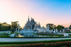 Coucher du soleil de templeat de Wat Rong KhunWhite en Chiang Rai, Thaïlande Photos stock