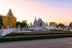Coucher du soleil de templeat de Wat Rong KhunWhite en Chiang Rai, Thaïlande Images libres de droits