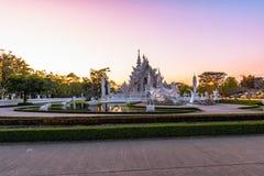 Coucher du soleil de templeat de Wat Rong KhunWhite en Chiang Rai, Thaïlande Photos libres de droits