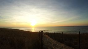 coucher du soleil de Temps-faute sur la plage au-dessus de l'Océan Atlantique dans le sud-ouest de la France banque de vidéos