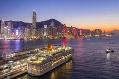 Coucher du soleil de terminal et de Victoria Harbour d'océan de Hong Kong image libre de droits