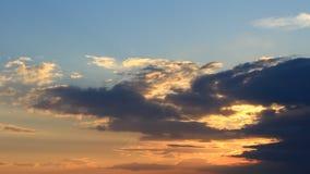 Coucher du soleil de Timelapse avec les nuages gonflés oranges, bleus, gris clips vidéos