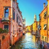 Coucher du soleil de Venise en campanile de canal de l'eau de Rio de la Pleta et d'église de Sant Antonin l'Italie photos stock