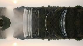 Coucher du soleil de Victoria Falls avec la réflexion irréelle banque de vidéos