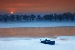 Coucher du soleil de village de neige Image libre de droits