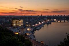 Coucher du soleil de ville sur la rivière de Dnipro Photos stock