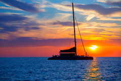 Coucher du soleil de voilier de catamaran d'Ibiza San Antonio Abad Photo stock