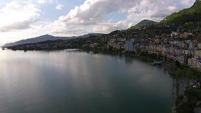Coucher du soleil de vue aérienne au-dessus du Lac Léman à Montreux banque de vidéos