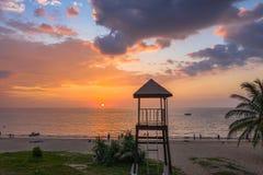 coucher du soleil de vue aérienne au-dessus de tour de maître nageur à la plage de Karon photographie stock