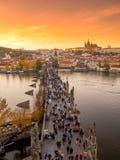 Coucher du soleil de vue aérienne de pont de Prague Charles Photographie stock