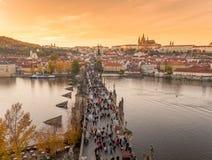 Coucher du soleil de vue aérienne de pont de Prague Charles Image stock