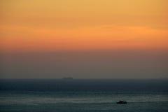 Coucher du soleil de vue de mer avec la montagne Images stock