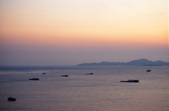 Coucher du soleil de vue de mer de Pattaya avec la montagne Photo stock