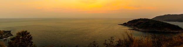 Coucher du soleil de vue de panorama chez le Laem Phromthep. Image libre de droits