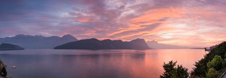 Coucher du soleil de vue panoramique au-dessus des montagnes et du lac switzerland Weggis photo stock