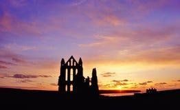 Coucher du soleil de Whitby Abbey, Yorkshire Photographie stock
