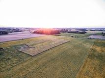 Coucher du soleil de zone rurale en Lithuanie Forêt, champ de blé et coucher du soleil à l'arrière-plan Photo stock