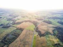 Coucher du soleil de zone rurale en Lithuanie Forêt, champ de blé et coucher du soleil à l'arrière-plan Photos libres de droits