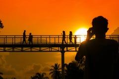 Coucher du soleil derrière dans le pont Image stock